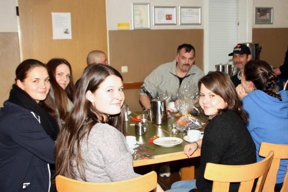 Gemütliches Runde bei Kaffee und Gebäck von Schülerinnen und Obdachlosen