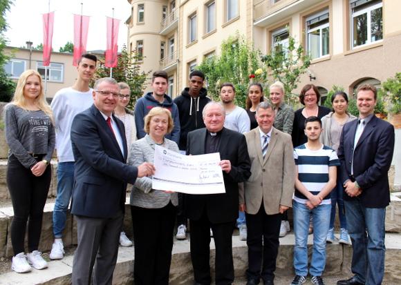 Scheckübergabe-Ketteler-Stiftung_Ketteler-Schule